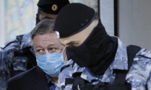 8 лет общего режима. Михаил Ефремов взят под стражу в зале суда