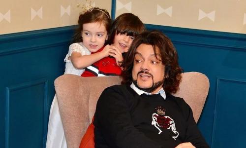 «У нас полноценная семья»: Киркоров делит кров с матерью своих детей