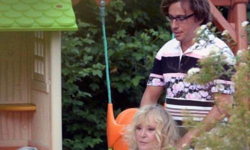 Пугачева оказалась в инвалидном кресле, встать уже не может. Бедный Галкин
