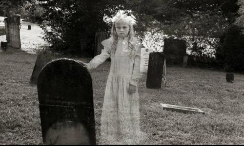Женщине удалось сфотографировать призрака на кладбище