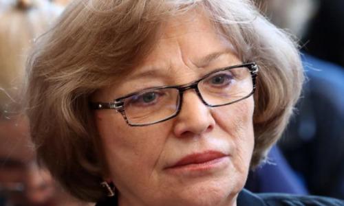 Поправила розы и ушла: вдова Валентина Гафта выдержала только сорок минут около гроба мужа