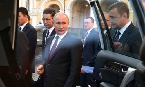 Женщина прорвалась к Путину, чтобы спросить: «Как прожить на 10 тысяч рублей?»