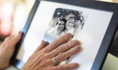 Чего нельзя делать с фотографиями умерших: запомните на всю жизнь