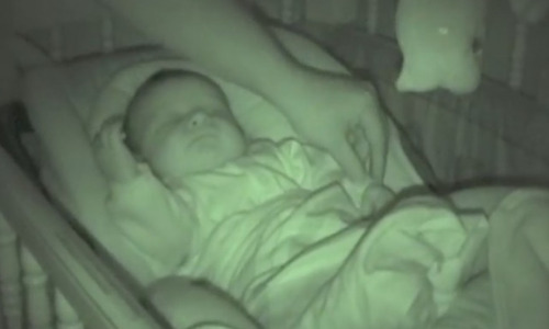 Ребенка уложили спать, но на экране видеоняни появилось что-то странное