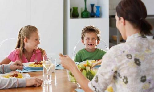 Что нельзя делать за обеденным столом: приметы