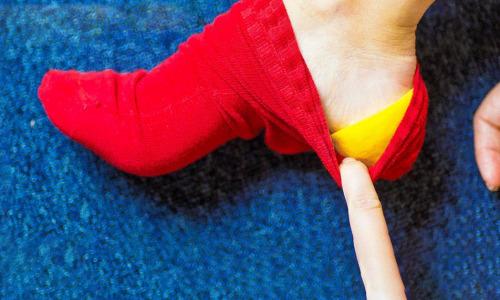 Как использовать лимон в носке, чтобы за ночь излечить потрескавшиеся пятки