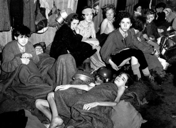 AP Женщины и дети в одном из бараков лагеря Берген-Бельзен, освобожденные британцами